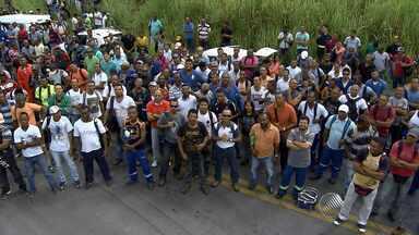 Funcionários da Refinaria Landulpho Alves fazem protesto - A refinaria fica em São Francisco do Conde, na região metropolitana de Salvador. Houve um acidente no fim de semana no local que deixou três funcionários gravemente feridos.