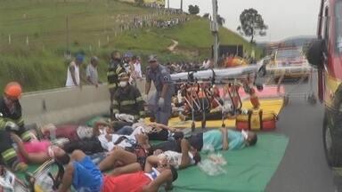 Grave acidente envolvendo uma carreta e um micro-ônibus deixa 16 pessoas feridas - Acidente foi na Rodovia dos Bandeirantes, na altura da cidade de Caieiras. De acordo com testemunhas, a carreta bateu no micro-ônibus que estava no acostamento, no sentido interior.