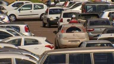 Flanelinhas abusam até na frente da polícia - Motoristas denunciam a ação de flanelinhas nos estacionamentos da capital. Com ameaças, tentativa de extorsão e prejuízos nos carros.