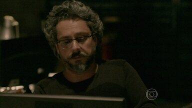 Zé Alfredo busca informações sobre Fabrício Melgaço - Comendador suborna o funcionário do galpão