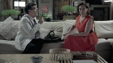 Téo faz perguntas sobre o primeiro marido de Maria Marta - Silviano tenta disfarçar o nervosismo com a entrevista