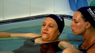 Entenda os benefícios do hidropilates - O pilates na água promete um maior equilíbrio, mais flexibilidade e menos risco de lesão. A piscina aquecida é mais um atrativo da modalidade. A água quente relaxa a musculatura e alivia o estresse.