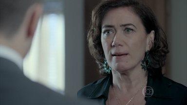 Maria Marta desabafa com João Lucas sobre a possibilidade de José Alfredo estar vivo - Silviano se irrita com o que escuta. Du e Maurílio também ouvem a conversa de mãe e filho