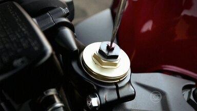 Suspensão de moto pode ser ajustada manualmente - Aprenda como fazer a regulagem em modelos que não têm recursos eletrônicos. É possível fazer um teste para checar se o ajuste está correto.