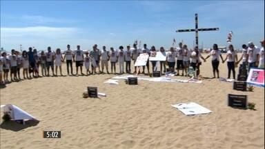 Protesto no RJ lembra vítimas da violência e pede justiça - Em apenas uma semana, três casos de bala perdida chamaram a atenção. Em dois deles, as vítimas eram crianças e foram atingidas na cabeça.