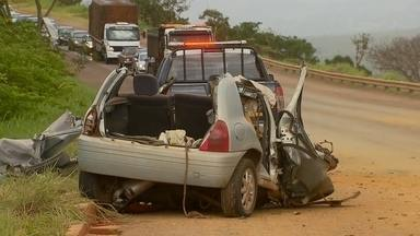 Polícia suspeita que acidente que matou 5 pessoas em GO foi suicídio - A Delegacia de águas Lindas de Goiás investiga o acidente entre um carro e uma carreta que matou cinco pessoas da mesma família. A polícia suspeita que o pai que dirigia o veículo com quatros filhos dentro bateu no caminhão de propósito.
