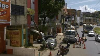Três pessoas ficam feridas em acidente no bairro de Pernambués, em Salvador - Motorista bateu o carro no poste e atropelou um gari que estava trabalhando.