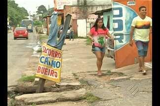 Moradora usa boneco para chamar a atenção para bueiro aberto em rodovia na Grande Belém - Pedestres são expostos a riscos ao trafegar próximo à rodovia Transcoqueiro, no bairro do Una.