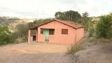 Bandidos invadem casa à procura de dinheiro de seguro e ferem três pessoas na PB - Caso foi em Alagoa Nova. Uma idosa levou um tiro nas costas.