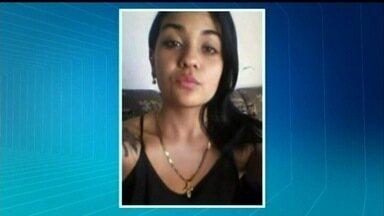 Garota de 17 anos é achada morta dentro de casa em Goiatuba - Suspeita é que mãe e padrasto de menor rival da vítima cometeram crime. No local foram apreendidos drogas, facas e cartuchos de armas deflagrados.