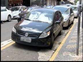 Pessoas estacionam em locais irregulares no Centro de Pres. Prudente - Com isso, quantidade de multas aplicadas aumentou em 2014.