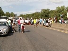 Manifestantes interditam a BR-381 por cerca de três horas em Belo Horiente - O trânsito ficou impedido nos dois lados da rodovia, sendo liberado apenas em alguns momentos.