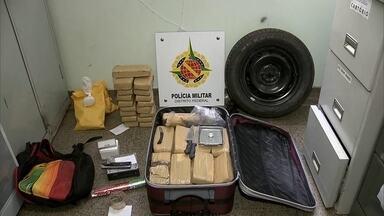Polícia encontra 30 quilos de maconha em Ceilândia Norte - A droga foi encontrada numa casa na QNM 26, em Ceilândia Norte. Além de maconha, havia um carro roubado, pedras de crack e um pó branco que pode ser cocaína.