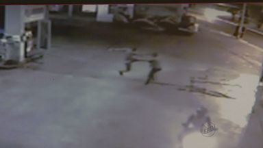 Imagens mostram homem morto a pauladas em Ribeirão Preto - Câmeras de posto de combustíveis flagraram toda a ação.