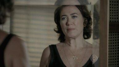 Marta fica impressionada com a semelhança entre Cristina e Zé - Aristocrata convida Zé Pedro e Maria Clara para jantarem com ela