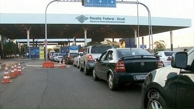 Ponte da Amizade atrai milhares de brasileiros que compram no Paraguai - Por dia, passam pela Ponte da Amizade 40 mil veículos e 20 mil pedestres. Em reforma, a travessia acaba tendo congestionamento e bastante demora.