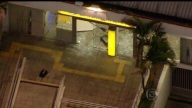 Policiais ficam feridos em troca de tiros com assaltantes em SP - Dois policiais foram baleados em uma troca de tiros na madrugada desta terça-feira (27), na Zona Leste de São Paulo. Assaltantes invadiram uma agência bancária na Avenida Paranaguá. A região do crime está interditada para a realização da perícia.