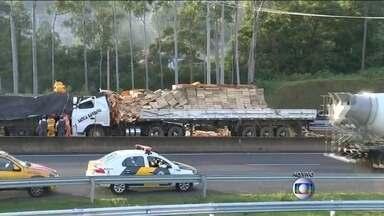 Acidente com dois caminhões complica o trânsito em SP - Dois caminhões bateram na manhã desta terça-feira (27), na Rodovia Raposo Tavares e complicou o trânsito na região.