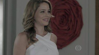 Cristina mostra convite de formatura para Zé Alfredo - Comendador sente orgulho da filha