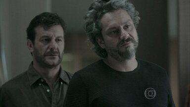 Zé Alfredo é salvo por Josué - Cora se sente intimidada pela virilidade do Comendador
