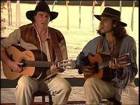 O Rei do Gado - capítulo de sexta-feira, dia 30/01/15, na íntegra - Pirilampo e Sacacura cantam durante festa no barco