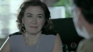 Maria Marta conversa com Téo Pereira - Blogueiro comenta que foi convidado para um jantar na casa de Cláudio