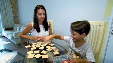 Acompanhamento familiar ajuda a identificar distúrbios de aprendizado - O psiquiatra Daniel Barros enfatiza a necessidade dos pais acompanharem os filhos em todas as fases da vida. A dislalia, que é a dificuldade de pronunciar as palavras, pode ser identificada a partir da comparação com outras crianças da mesma idade.