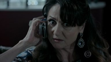 Magnólia descobre que Maurílio ofereceu dinheiro para Téo - Ela liga para o blogueiro e insiste para que ele cumpra acordo. Érika reclama com Robertão da sua família. Magnólia procura Maurílio e mostra álbum de fotos do casamento de Marta e Silviano