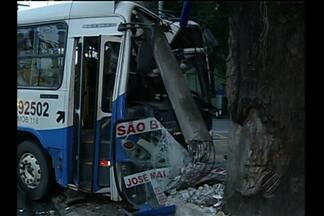 Ônibus e táxi se envolvem em acidente no centro de Belém - Ônibus destruiu poste e deixou parte de avenida sem energia elétrica. Acidente ocorreu na madrugada desta segunda (9), no bairro de Nazaré.