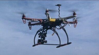 Drone é usado no combate ao mosquito da dengue em cidade no interior de São Paulo - O drone, que é um tipo de veículo guiado por controle remoto, está a serviço da prefeitura de Limeira para chegar onde os agentes de saúde não conseguem. É ele quem procura os focos do Aedes aegypti nos quintais, telhados, nas caixas d'água.