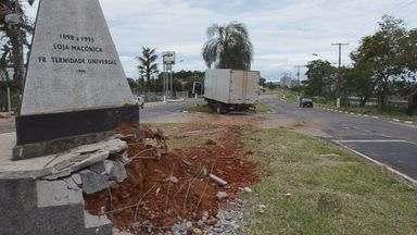 Caminhão baú bate em monumento maçônico em São Sebastião do Paraíso (MG) - Caminhão baú bate em monumento maçônico em São Sebastião do Paraíso