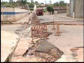 Chuva interdita ruas e cede asfalto em Parapuã - Segundo PM, galerias pluviais em obras ficaram 'estufadas'.