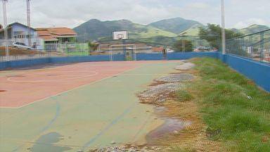 Moradores reclamam de falta de cuidados em quadra de esportes em Paraisópolis (MG) - Moradores reclamam de falta de cuidados em quadra de esportes em Paraisópolis (MG)