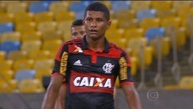 Márcio Araújo comemora volta ao time titular do Flamengo - Léo Moura segue afastado da equipe.
