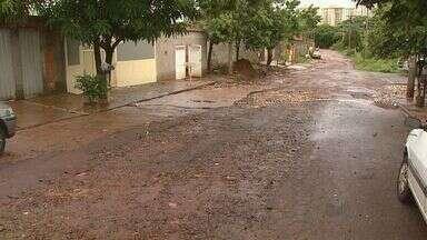 Moradores reclamam de buraco em rua em Ribeirão Preto - Prefeitura informou que conserto será feito de acordo com programação do setor.