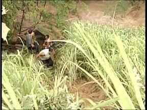 Bombeiros reiniciam buscas por motorista que desapareceu no Rio Jequitinhonha - Carro que ele conduzia foi para no rio após ele bater em uma carret na BR-116.