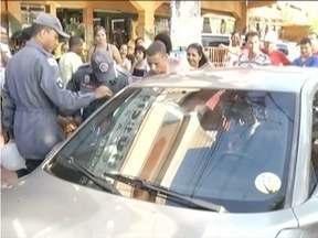 Bombeiros resgatam criança que ficou presa no carro, em Fabriciano - Mãe tinha foi à padaria, mas esqueceu criança no automóvel.