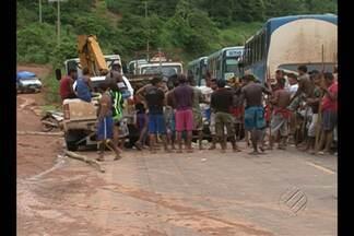 Índios bloqueiam acesso a obras de Belo Monte - Manifestantes pedem melhorias nas aldeias.