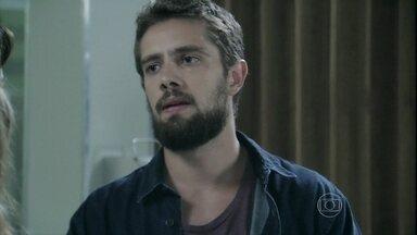 Vicente tem ideia para encontrar Enrico - Beatriz decide procurar o filho e chef sugere que Maria Clara ligue para ele