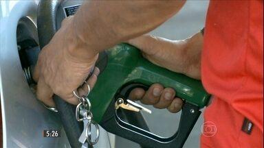 Brasileiros atravessam a fronteira e vão abastecer o carro na Argentina - Depois que os combustíveis aumentaram, tem muita gente fazendo conta antes de abastecer e tentando driblar a alta.