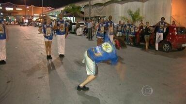 Cidade do Samba já vive grande expectativa na véspera de carnaval - Na Cidade do Samba, as escolas redobraram os esforços na reta final para o Grande Dia. O trabalho entra pela madrugada