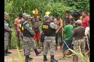 Em Vitória do Xingu, não houve acordo com os indígenas e o bloqueio continua - Índios bloqueiam estrada que dá acesso ao canteiro de obras da usina de Belo Monte.