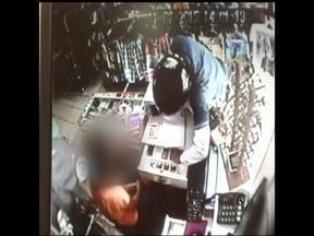 Ladrões roubam loja de roupas na região Norte de Rio Preto - Dois criminosos foram flagrados pelas câmeras de segurança durante um assalto a uma loja de roupas em São José do Rio Preto (SP) na tarde desta quarta-feira (11). Eles chegaram ao local de moto e usavam capacetes.