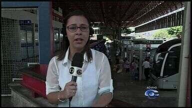 Alagoanos viajam para participar do carnaval fora do estado - Ônibus extras tentam garantir a viagem dos foliões. A assessora técnica de transporte da Arsal fala sobre o assunto.