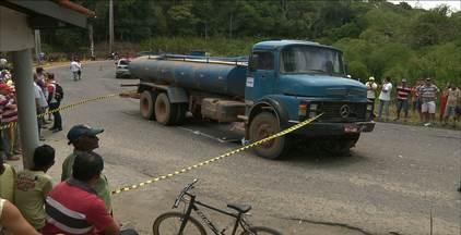 Motociclista morreu após ser atingido por um caminhão pipa na Paraíba - Motorista do caminhão fugiu do local do acidente, na cidade de Areia.