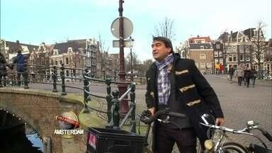 Zeca Camargo passeia por Amsterdã e relembra cenas de Páginas da Vida - Apresentador anda de bicicleta e mostra paisagens que fizeram parte da novela
