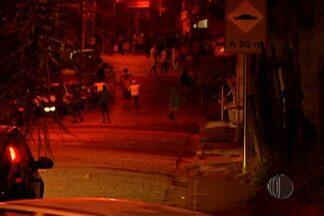 Manifestação complica trânsito na Mogi-Bertioga - O protesto foi por causa da construção de uma mureta na pista central. Moradores da Vila Moraes são contra a intervenção.