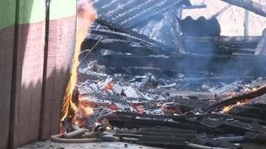 Incêndio destrói sede do Sindicato dos Servidores Municipais em Ji-Paraná - Incêndio destrói sede do Sindicato dos Servidores Municipais em Ji-Paraná.