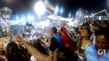 Público torce pela Gaviões da Fiel com bandeiras na arquibancada - Escola de samba teve como samba-enredo o jogo de cartas. Público cantou samba-enredo e fez coreografia com bandeiras da escola no Anhembi, em São Paulo.