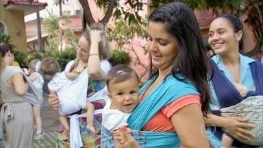 Tecido que une a mãe e o bebê traz vários benefícios às crianças - O Bem Estar conheceu uma turma de bebês que adora dormir ao som de músicas bem agitadas, embalados pelo rebolado das mamães. O sling, tira de tecido que une os dois, dá uma sensação de que a gravidez dura mais do que nove meses.